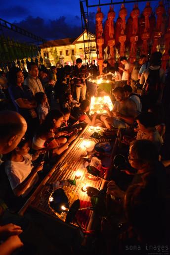 Lighting candles Loy Krathong 2014