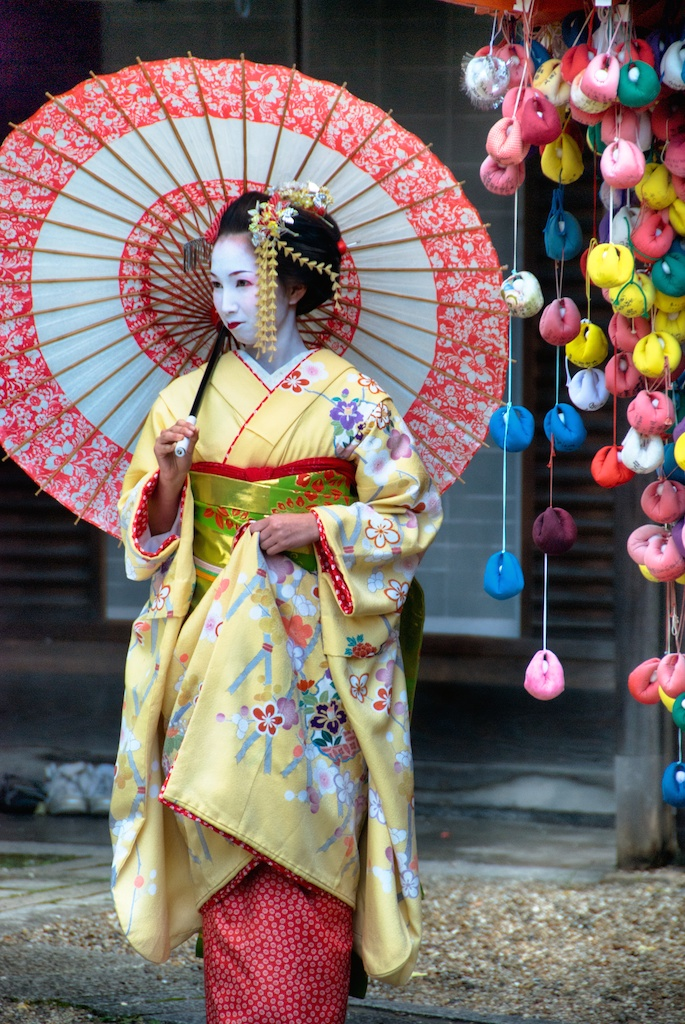 geisha-umbrella-kyoto-japan